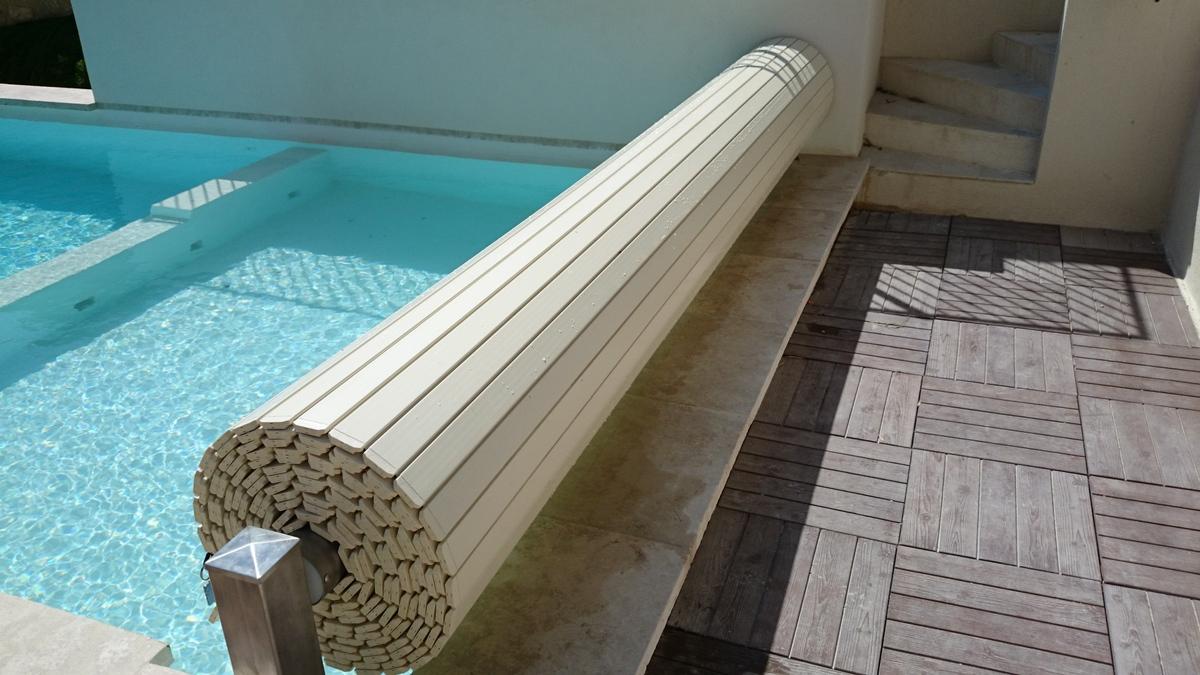 Stores de piscine volets et couverture de piscine hors for Volet piscine hors sol electrique