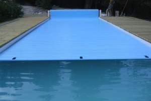 volet-piscine-electrique-installation-facile-lames-pvc-bleues