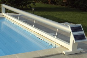 volet-roulant-de-piscine-a-energie-solaire-et-lames-bleues
