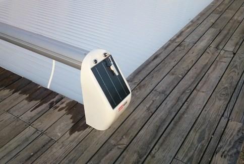 couverture pisvine avec alimentation solaire