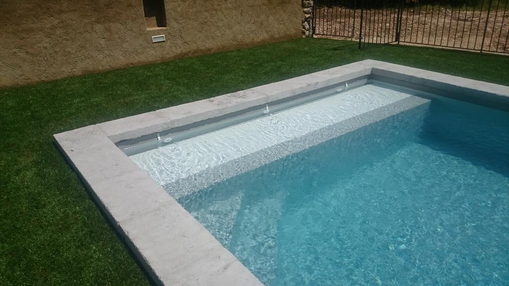 ordinaire volet de piscine immergé