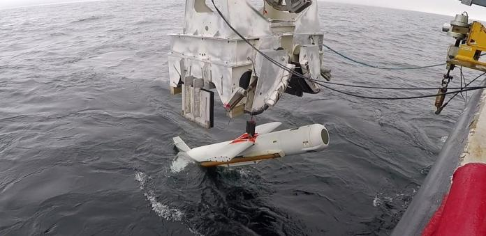 The AN/AQS-20 Minehunting Sonar enters the water. (Photo: US Navy)
