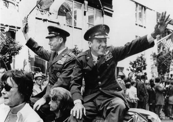 Después de su liberación en 1973, el coronel Risner, a la derecha, y el general de división LeRoy J. Manor participaron en un desfile en San Francisco.