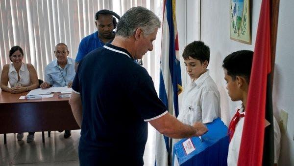 El presidente de Cuba, Miguel Díaz-Canel, emite su voto durante el referéndum para aprobar la reforma constitucional en La Habana, Cuba, el 24 de febrero de 2019.