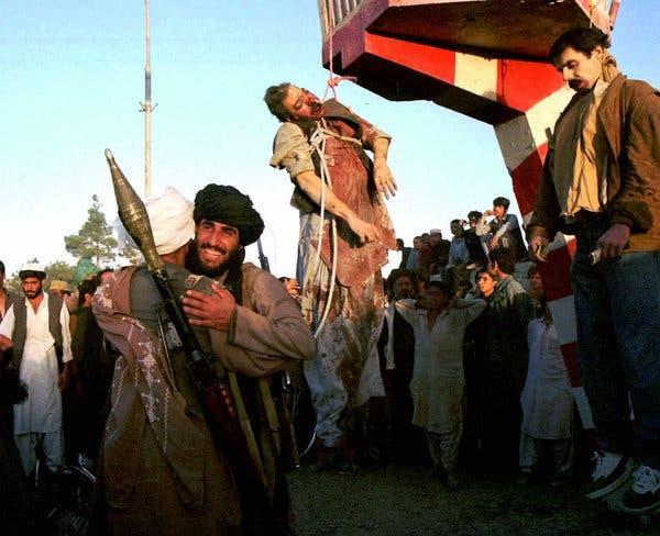 Najibullah, a la derecha, el último presidente bajo el régimen comunista, y su hermano fueron ahorcados después de que los talibanes tomaran el control de Kabul.