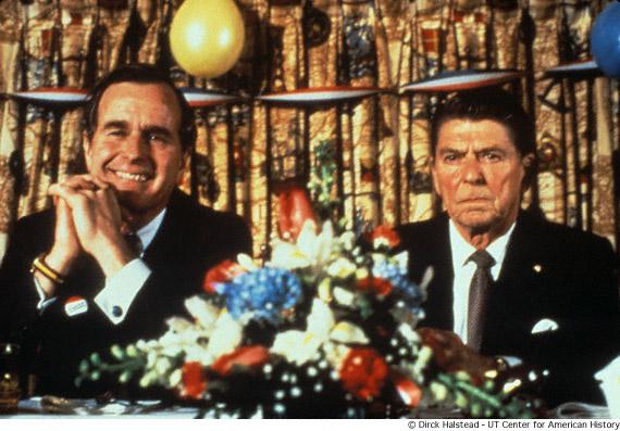 El director de la CIA, George HW Bush, y el exgobernador de California, Ronald Reagan, cenan juntos antes de un debate. © Dirck Halstead, UT Center for American History