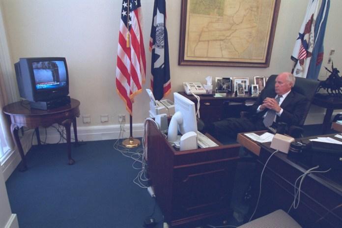 El vicepresidente Dick Cheney viendo las noticias sobre los ataques al World Trade Center, 11 de septiembre de 2001