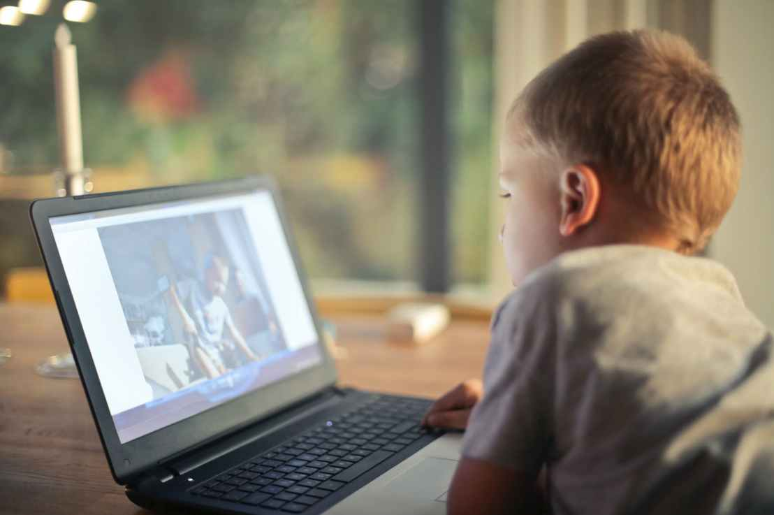 Tips to build positive screen time habits for families with children