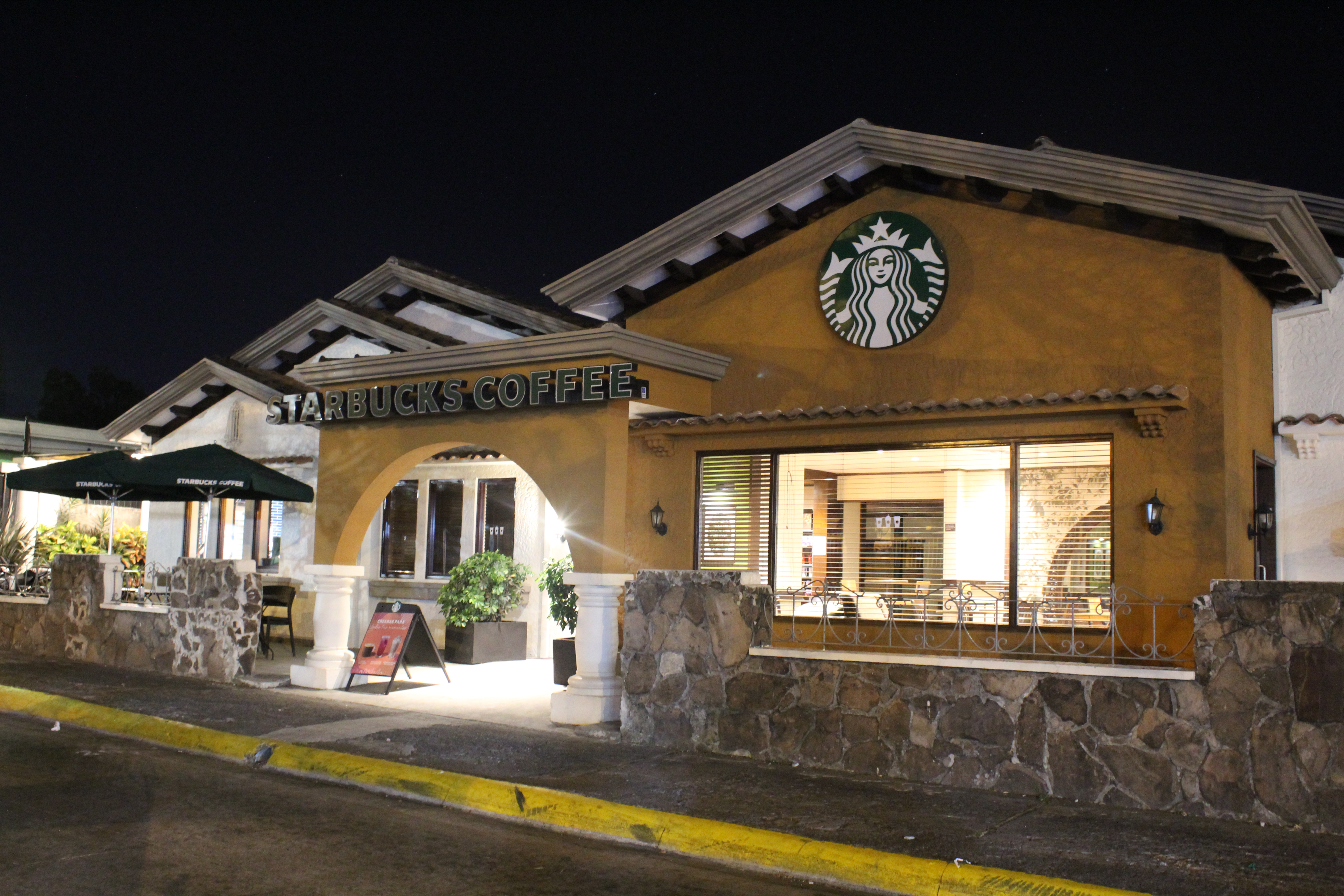A closed Starbucks on a lonely Friday night in Los Yoses, San José. | Elizabeth Marie Lang Oreamuno | COVIDA |