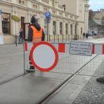Pracownicy 24h otwierają dla tramwajów i zamykają dla samochodów specjalne zapory
