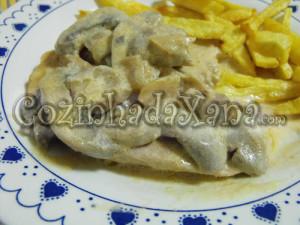 Bifes de peru com cogumelos e natas