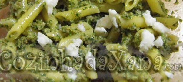 Penne com pesto de couve (kale) e queijo de cabra