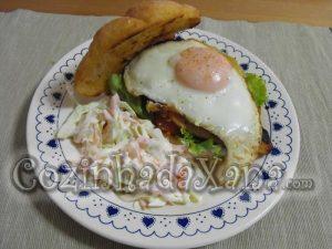 Prego de frango com salada de couve