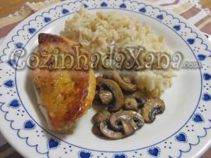 Peito de frango grelhado com cogumelos salteados