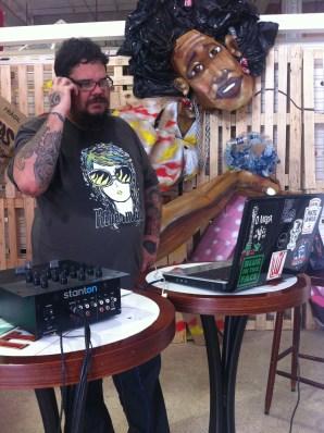 DJ Rogério Big Bross lançando surf music e rockabilly na zorêa da geral.