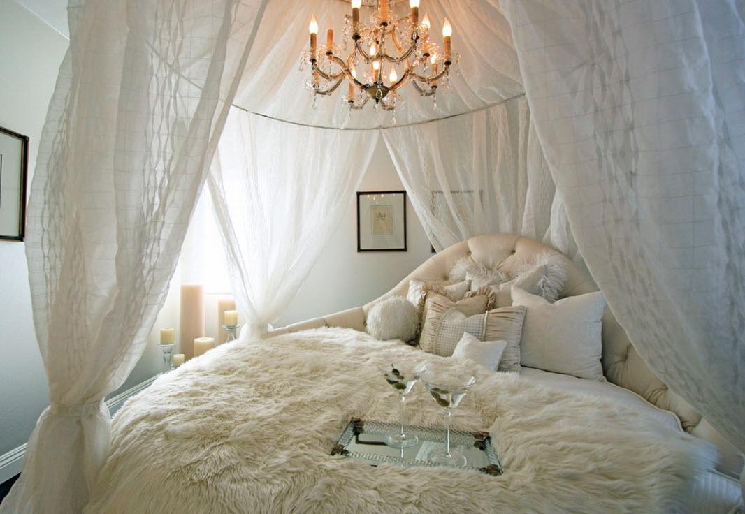Ramtak i ett vitt sovrum
