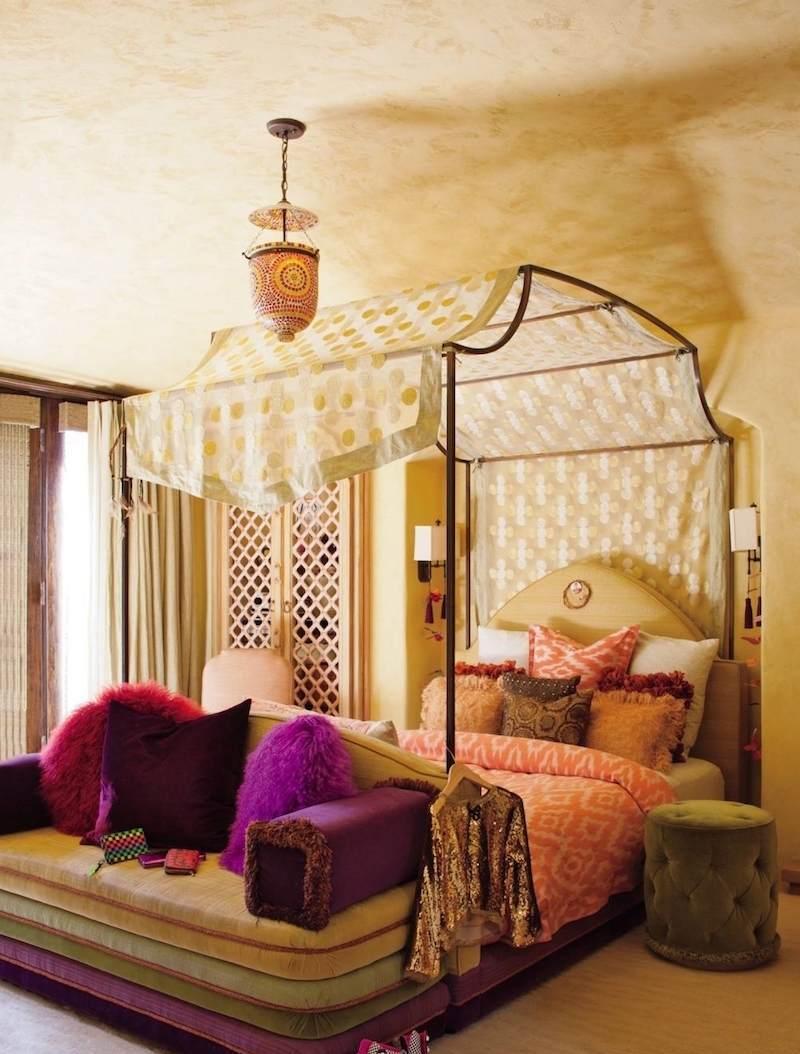 Baldakin över sängen i orientalisk stil
