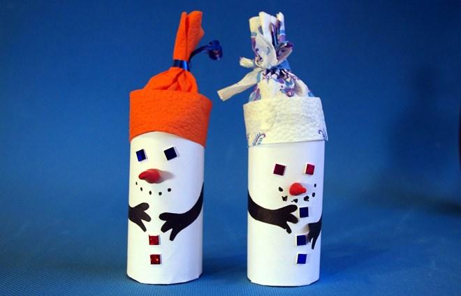 Снеговик из втулок туалетной бумаги