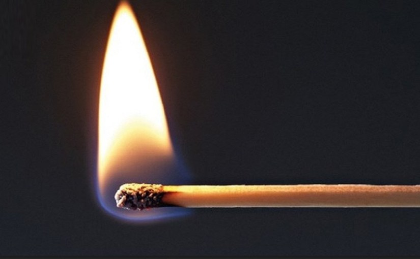 طلبت من زوجها زيارة أهلها في العيد فأحرقها!