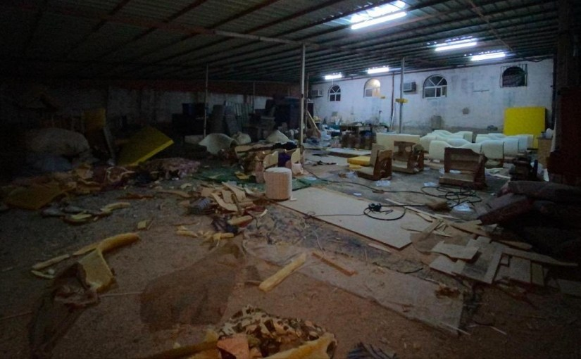 بالصور.. إغلاق مصنع أثاث عشوائي يُعرض العاملين للخطر بمكة