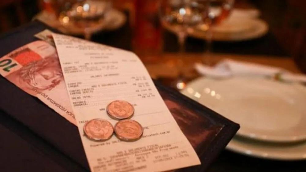 Lei regulamenta distribuição de gorjeta e taxa de serviço