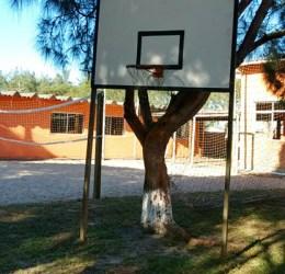 Quadra de areia e basquete