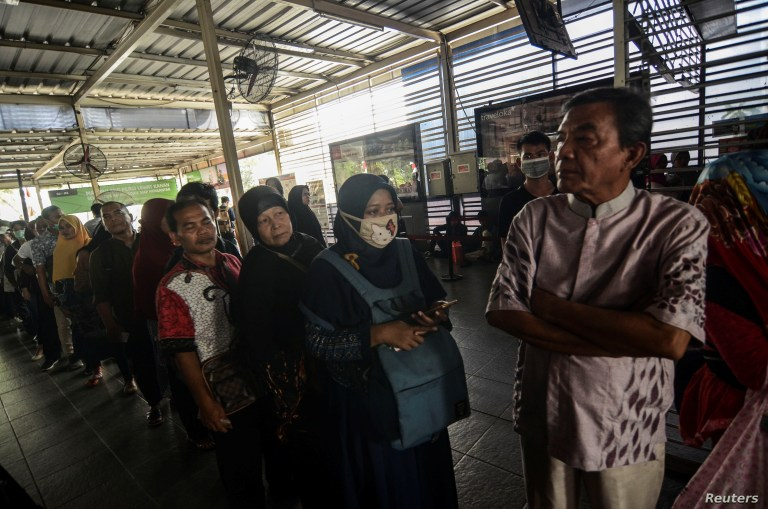 Passengers queue to refund their tickets during a major power blackout at a commuter train station in Jakarta, Indonesia, Aug. 4, 2019. (Antara Foto/Fakhri Hermansyah)