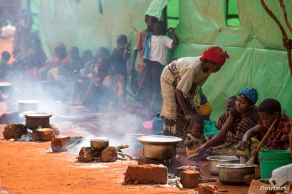 Refugees from Burundi who fled the ongoing violence and political tension prepare meals at the Nyarugusu refugee camp in western Tanzania, May 28, 2015.