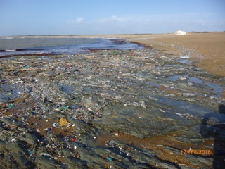 Après la tempête, un lit de plastiques recouvre la plage