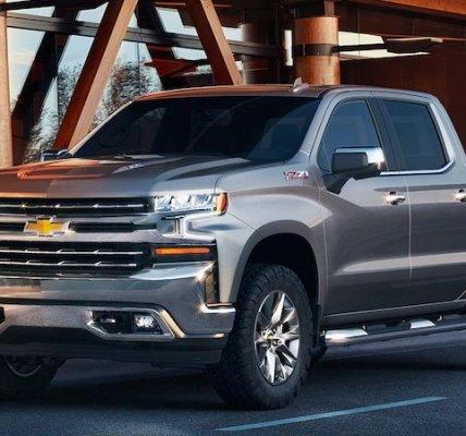 Chevrolet Silverado 2019 recorriendo la ciudad