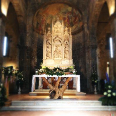 All'interno della pieve questo bellissimo altare ricavato da un tronco di albero.