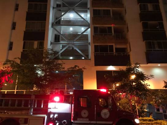 BUCARAMANGA INCENDIO BOMBEROS: Video: Bomberos atendió incendio en edificio cerca de las Palmas