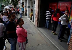 Largas filas para sacar dinero en los cajeros automáticos