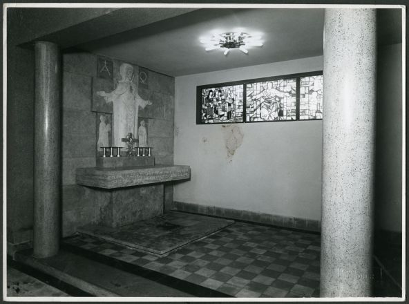 Side chapel in the Church of Saint Anthony of Padua with altar by Éva Lőte and stained-glass windows by Lili Árkayné Sztehló