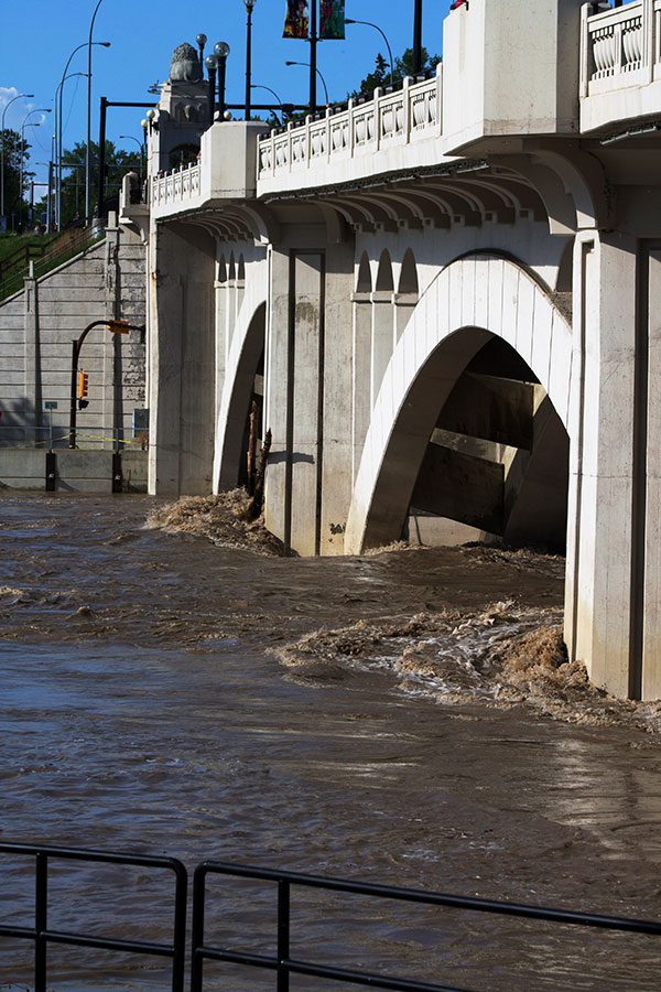 flooding-in-calgary-centre-street-bridge