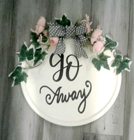 Cricut Craft – GO AWAY Pizza Pan Door Wreath