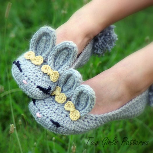 Bunny slippers! What an adorable crochet pattern for cute bunny slippers! I love the little bows by the ears! Fun Easter gift idea!