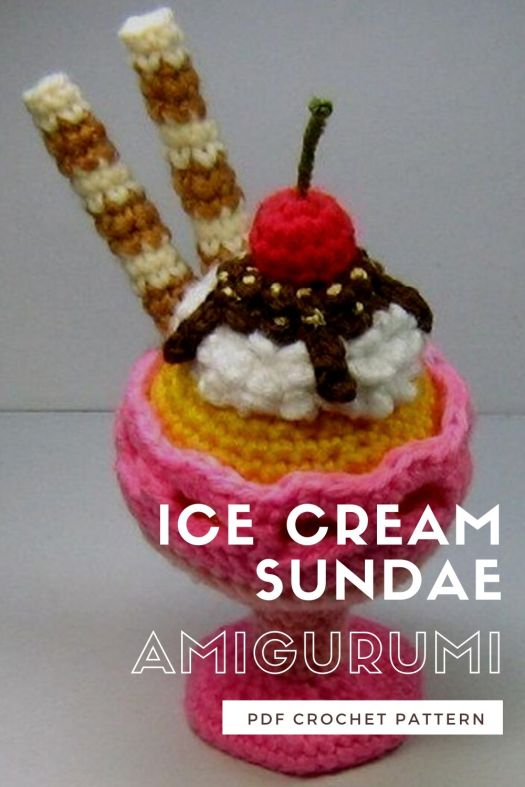 Lovely amigurumi play food ice cream sundae dessert crochet pattern! This would make such a fun addition to a play kitchen! I love all the details on this great amigurumi pattern: whipped cream, chocolate sauce, pirioule cookies and a cherry on top! What a fun crochet pattern! #crochetpattern #amigurumipattern #playfoodpattern #crochetplayfood #craftevangelist