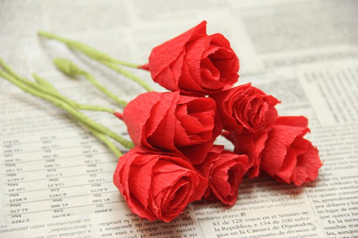 Regala unas flores de papel crepé a tu mamá // DIY Crepe paper flowers for Mother's Day