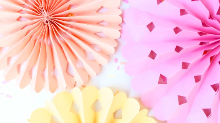 Decoración de flores de papel en forma de acordeón | DIY accordion paper flowers