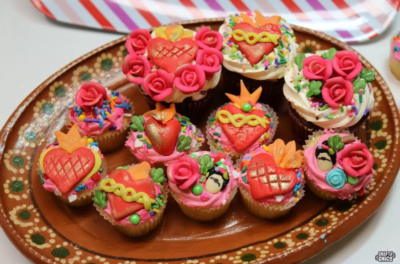 How to make sacred heart cupcakes #craftychica #corazoncupcakes