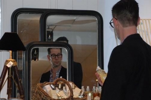 Min gamla kollega Peter inspekterar tvålar och väldoft från Frankrike
