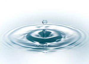 Wassertropfen trifft auf Wasseroberfläche