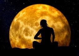 Frau sitzt vor mond, Ethnomedizin, Medizin der Seele