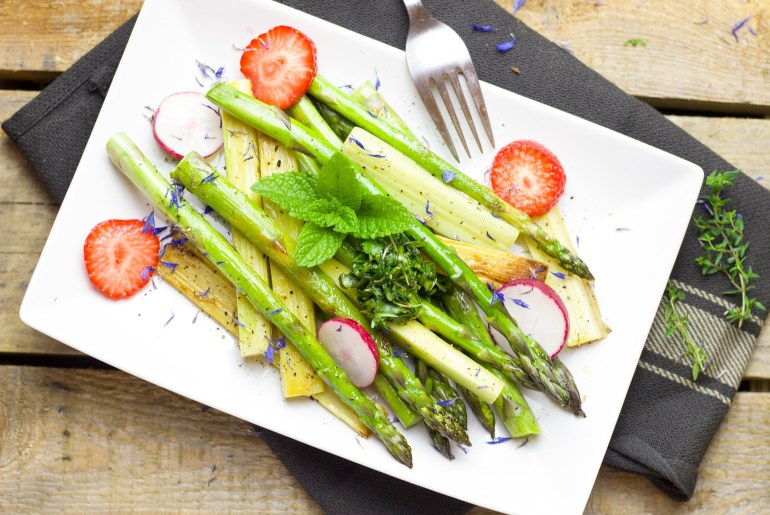April produce guide What's in season_spring_salad_asparagus_straberries