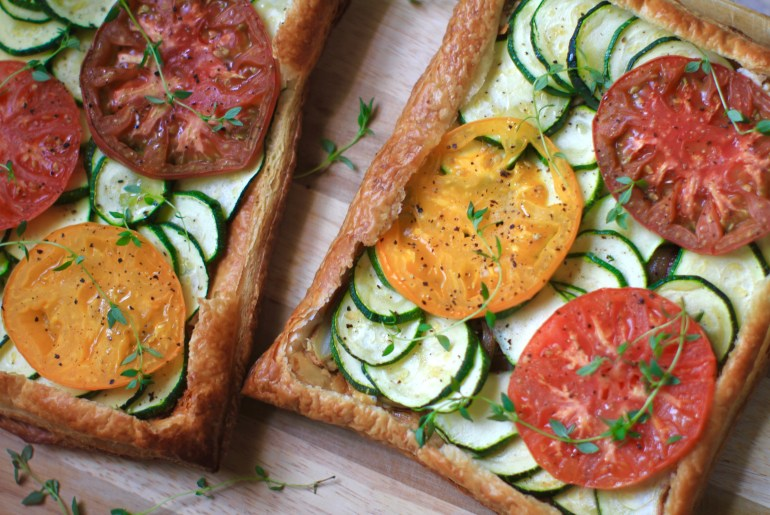 This tomato tart with zucchini, onion, goat cheese, thyme and honey mustard as delicious as it is easy to make.