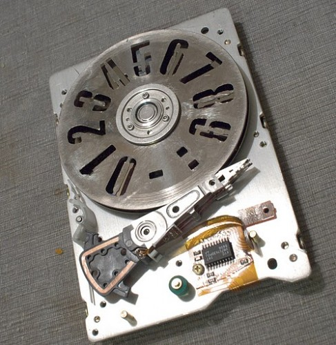 strobeshnik hard drive clock 487x500 Strobe Light Hard Drive Clock Hack