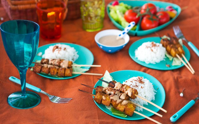 Grilled Tempeh Skewers with Peanut Sauce and Rice (Sate Tempe)