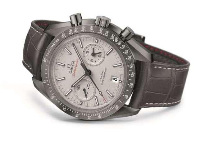Cerâmica e platina dão upgrade a este famoso modelo de relógio.