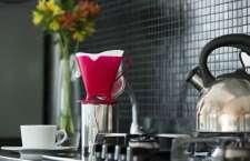 Pioneira na produção de filtros de papel, empresa aposta em novas cores para oferecer toque de glamour à cozinha dos consumidores.